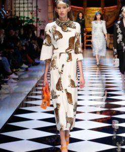 dolce-and-gabbana-fall-winter-2016-17-women-fashion-show-runway-48-453x680