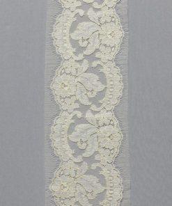 Тонкое узкое кружево шантильи светло-бежевого цвета